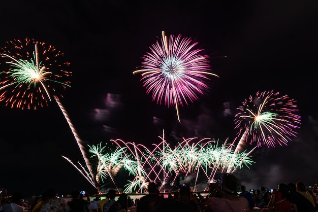 Festival de feux d'artifice à pattaya, thaïlande