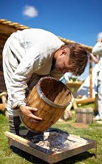 Festival historique de moscou, homme avec baril