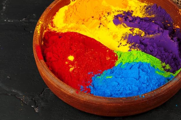Festival de holi indien couleurs dans des petits bols