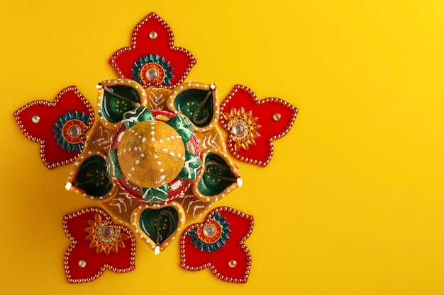 Festival indien diwali , belle lampe à huile en argile pour la célébration de diwali , festival des lumières