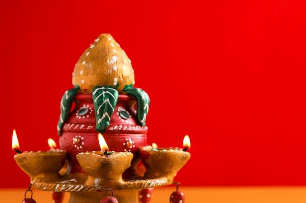 Festival indien diwali, belle lampe à huile en argile pour la célébration de diwali