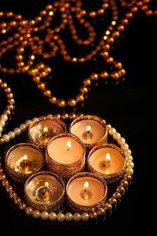 Festival indien diwali, bougie sur noir