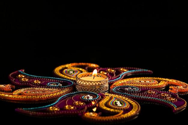 Festival indien de diwali, bougies sur noir