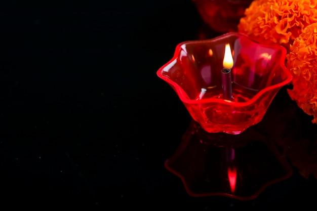 Festival indien diwali, lampes colorées d'huile sur fond sombre