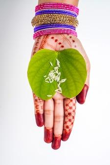 Festival Indien Dussehra, Feuille D'apta Verte En Main Photo Premium