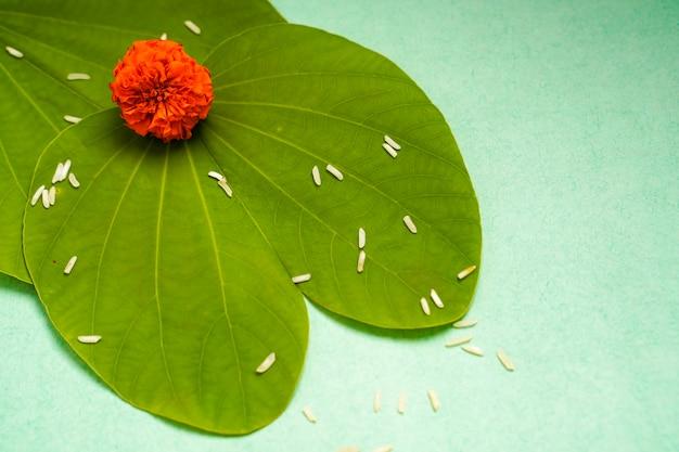 Festival indien dussehra, feuille verte, riz et fleurs
