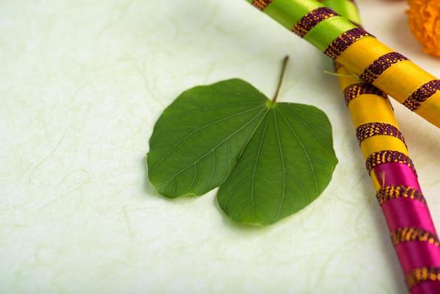 Festival indien dussehra et fleurs de souci avec des bâtons dandiya.