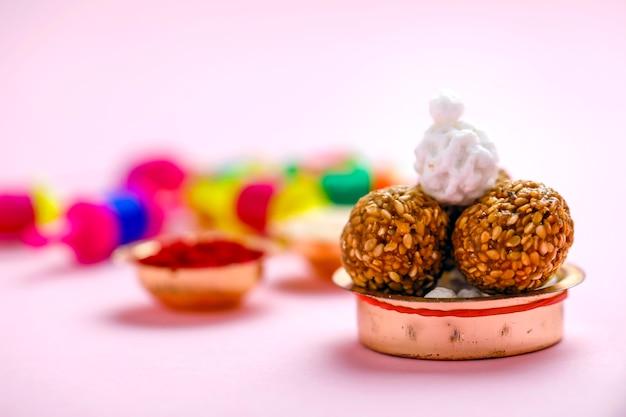Festival indien makar sankranti concept, boule de graines de sésame et chaîne de cerf-volant
