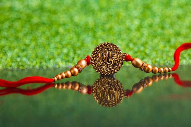 Festival indien raksha bandhan, designer coloré rakhi ou bande de poignet