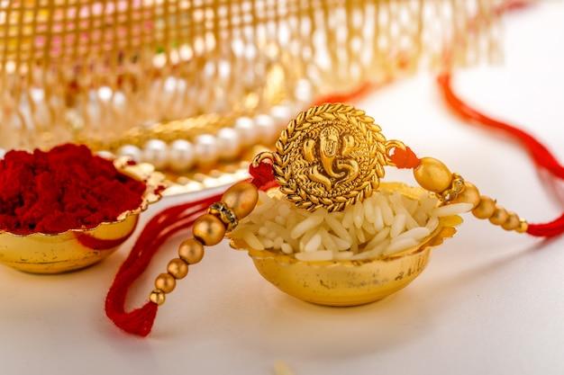 Festival indien raksha bandhan, designer coloré rakhi ou wrist band