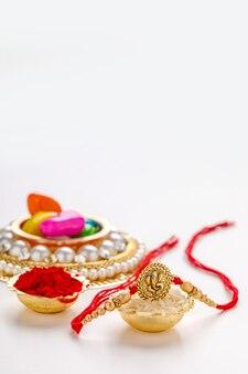 Festival indien raksha bandhan, rakhi décoratif sur fond blanc