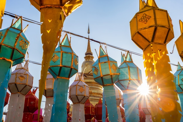 Festival de la lampe colorée et lanterne dans loi krathong au wat phra that hariphunchai, province de lamphun, thaïlande