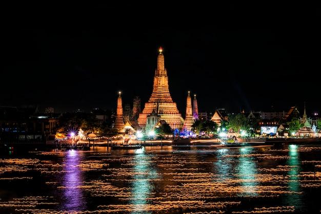 Festival loy krathong dans la rivière chao phraya