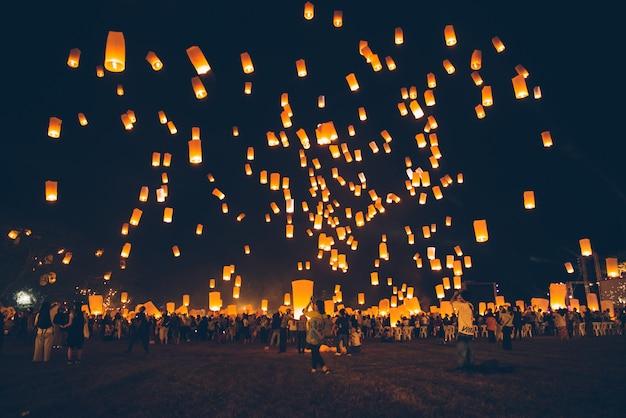 Festival loy krathong, fête du nouvel an thaïlandais avec libération de lanternes flottantes dans le ciel nocturne