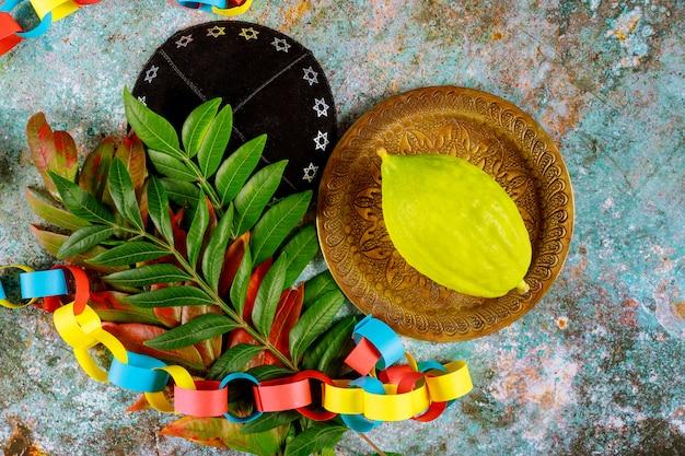 Festival rituel juif de souccot dans le symbole religieux juif etrog, loulav, hadas, livre de prières arava tallit kippa et shofar