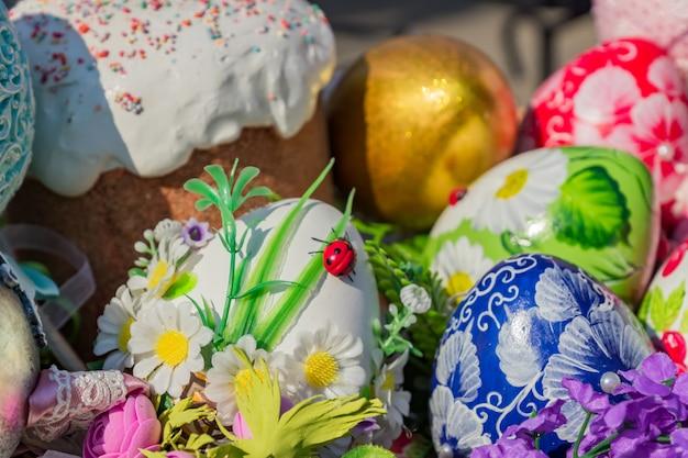 Festival de rue de pâques à moscou, en russie. panier en osier plein d'oeufs de pâques peints, de gâteaux et de fleurs.
