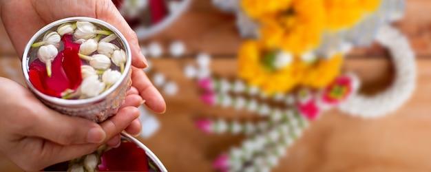 Festival de songkran avec objet traditionnel en thaïlande