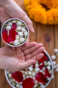 Festival de songkran, les thaïlandais préparent un parfum d'eau avec des fleurs pour le nouvel an thaïlandais.
