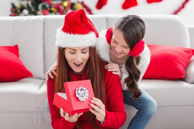 Festive mère et fille avec un cadeau de noël
