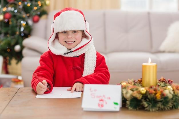 Festive petit garçon souriant à la caméra