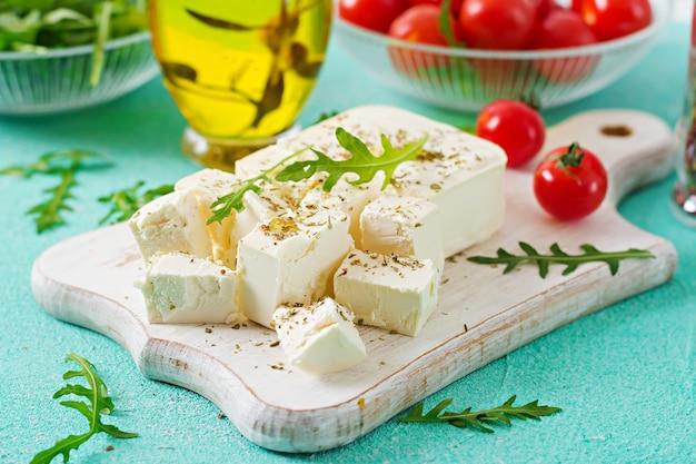 Feta, tomates cerises et rucola sur la table. ingrédients pour la salade.
