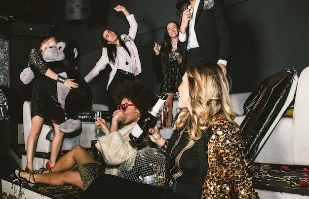 Fêtards célébrant dans le club