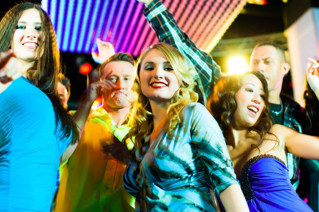 Fêtards dansant en discothèque ou en club