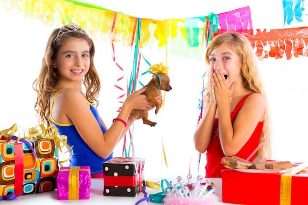 Fête des amis fille excité avec chiot présent chien