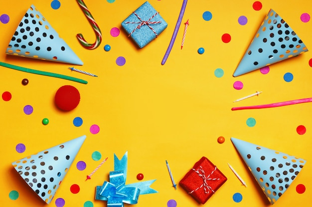 Fête d'anniversaire chapeaux cadeaux confettis bonbons