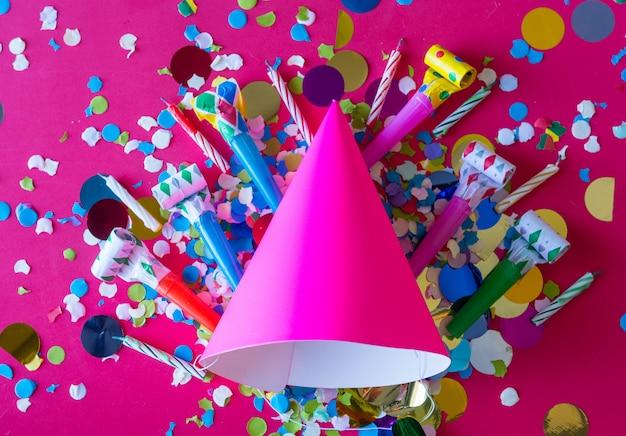 Fête d'anniversaire avec des chapeaux de papier.