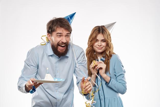 Fête d'anniversaire disco jeunes avec gâteau et colonnes fun vue recadrée libre