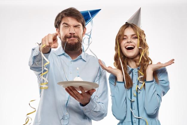 Fête d'anniversaire disco jeunes avec gâteau et confettis