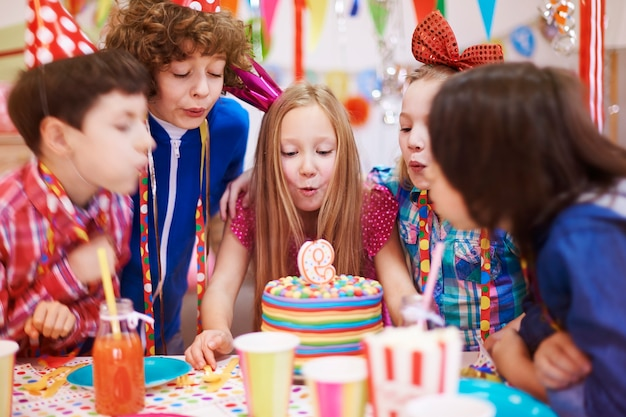 La fête d'anniversaire ne peut pas être organisée sans le gâteau à la bougie