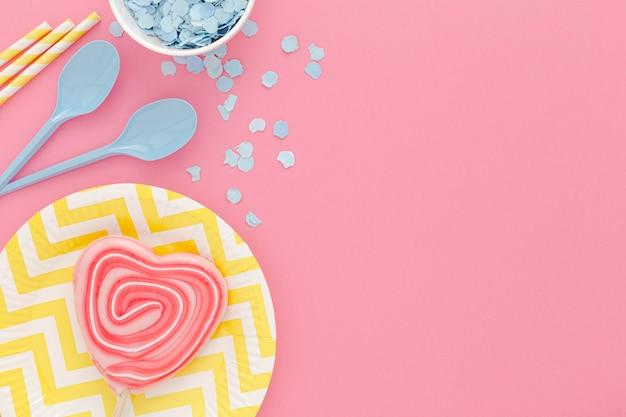 Fête d'anniversaire vue de dessus avec des bonbons sur la table