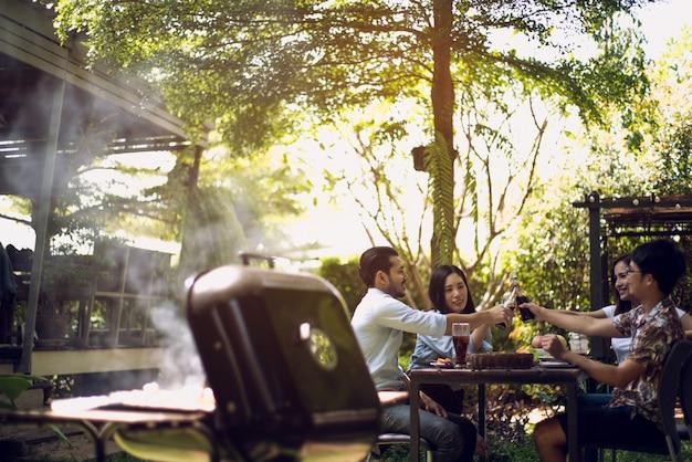 Fête de l'après-midi, barbecue et rôti de porc