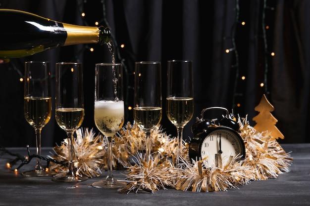 Fête de bienvenue décorative avec champagne