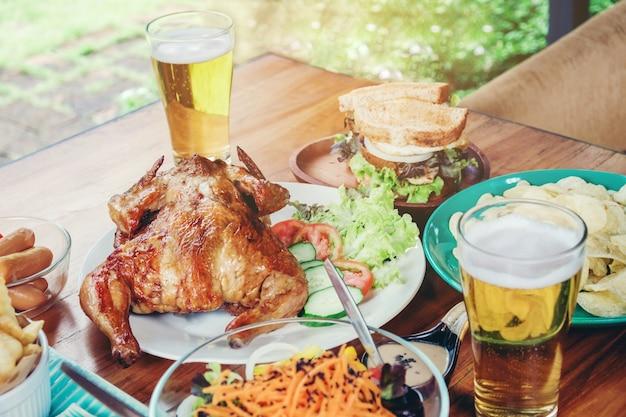 Fête de la bière et poulet grillé heureux de profiter de la maison