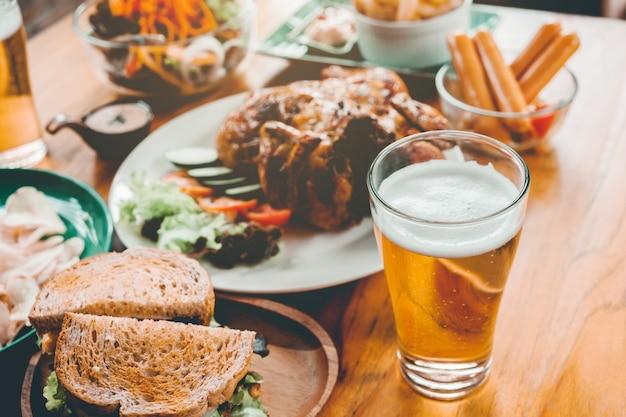 Fête de la bière et poulet grillé heureux de profiter à la maison