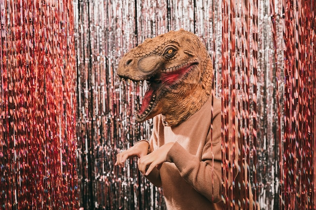 Fête de carnaval sous un angle élevé avec un costume de dinosaure