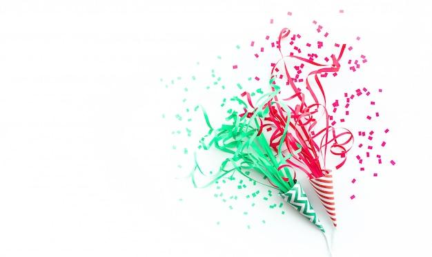 Fête de célébration et anniversaire avec des confettis colorés