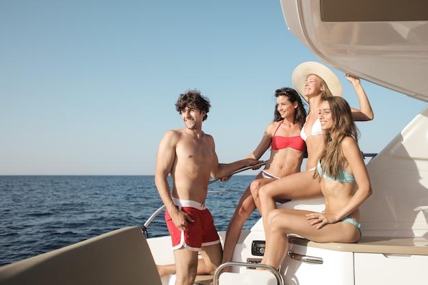 Fête dans le yacht