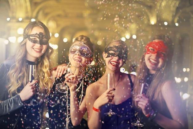 Fête du carnaval avec des amis