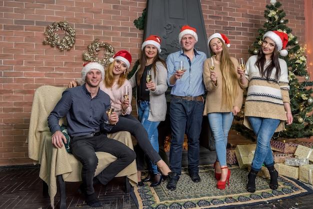 Fête du nouvel an, amis heureux avec champagne