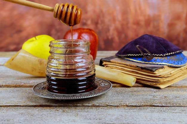 Fête du nouvel an juif dans les symboles de la célébration de roch hachana sur une table de fête