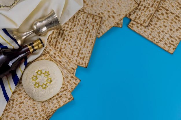 Fête du pain de la pâque juive célébration de matzoh et kipah avec du vin