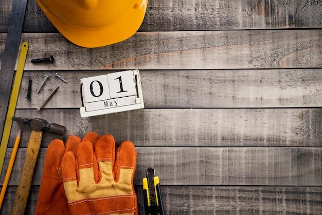 Fête du travail, calendrier de bloc en bois avec de nombreux outils pratiques sur fond en bois