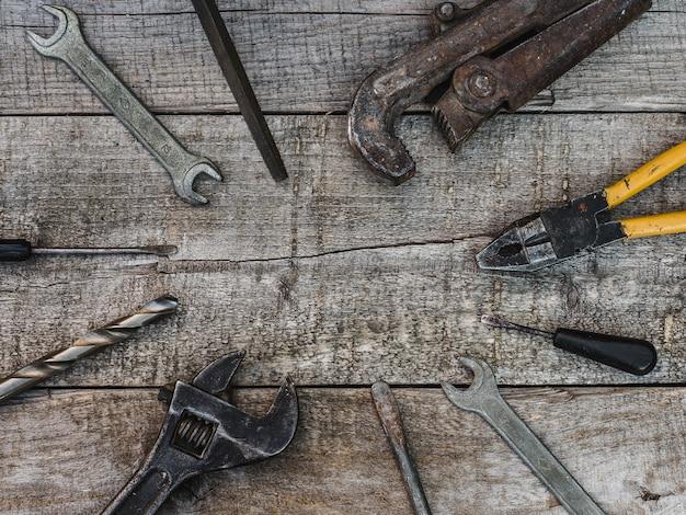 Fête du travail. outils à main et casque blanc