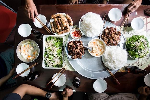 Fête avec la famille sur la nourriture vietnamienne traditionnelle