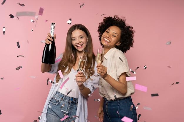 Fête des femmes avec champagne et confettis