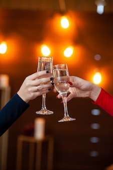 Fête. gens, tenue, verres champagne, confection, toast